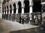 I portici del Palazzo Comunale con protezioni antiaeree.