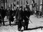 Soldati tedeschi scortati come prigionieri all'Accademia militare.