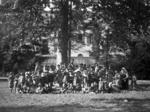 Bambini dei richiamati della Grande Guerra nel cortile  di Palazzo Pasolini