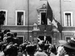 Ravenna 1939. S.A.R. Maria Josè si affaccia al balcone del Palazzo Pasolini