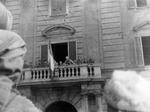 Emilio Canzi parla alla folla dal Palazzo del Governatore dopo la liberazione