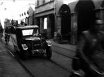 Cittadini che fuggono con ogni mezzo al suono dell'allarme antiaereo in Via San Vitale