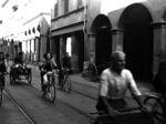 Cittadini che fuggono al suono dell'allarme antiaereo in Via San Vitale