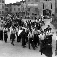 Corteo funebre a Soliera dopo la Liberazione. La banda accompagna la cerimonia, alla quale partecipa un gran numero di persone.