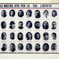 Dopo la Liberazione la sezione ANPI di Soliera omaggia i caduti della Resistenza con la stampa di un manifesto che riunisce i loro volti e i loro nomi.