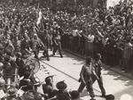 Partigiani feriti assistono dal palco alla sfilata del 9 maggio 1945