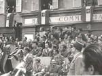 La folla in festa accoglie i partigiani in  piazza Garibaldi, 9 maggio 1945