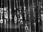 Fotografie dei partigiani esposte sul muro della Ghirlandina nell'immediato dopoguerra.