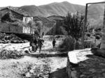 A Castellonchio (Pieve di Rivoschio) alcuni partigiani conversano tra loro mentre una ragazza risale la strada. Sullo sfondo si intravedono alcuni bambini.