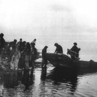 11 aprile 1945. Il commando X 40 della marina scarica la propria imbarcazione lungo l'argine Agosta