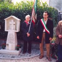 Commemorazione delle vittime con delegazioni da Sassoferrato e Fabriano, all'estrema destra Lucio Lucci, nipote di Virgilio, 26 ottobre 2003