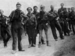 Gruppo di partigiani. Sono riconoscibili le divise militari che ne denunciano la fuga dai doveri imposti dalla Repubblica Socale Italiana