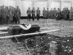 Cerimonia di sepoltura di un soldato tedesco nel cimitero di Piacenza